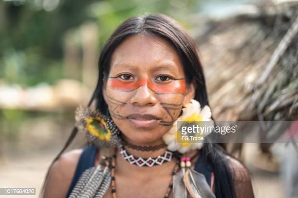 mulher jovem brasileira indígena, retrato da etnia guarani - índia - fotografias e filmes do acervo
