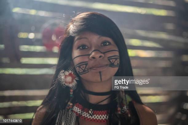 indígena brasileira jovem mulher, retrato de tupi guarani etnia, em uma cabana - índia - fotografias e filmes do acervo