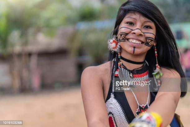 indígena brasileira jovem mulher, retrato de tupi guarani etnia, em uma cabana - cultura indígena - fotografias e filmes do acervo