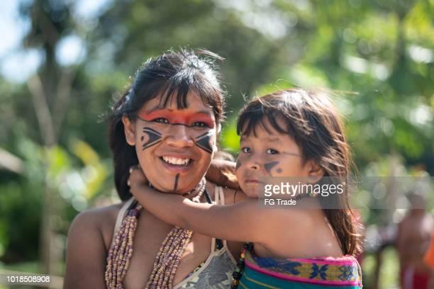 indígenas brasileñas jóvenes y su hijo, retrato de tupi guaraní etnia - estado del amazonas brasil fotografías e imágenes de stock