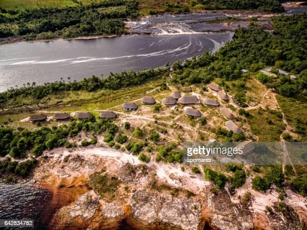 Pueblo indígena en vista aérea de la Laguna del Parque Nacional de Canaima.  Venezuela