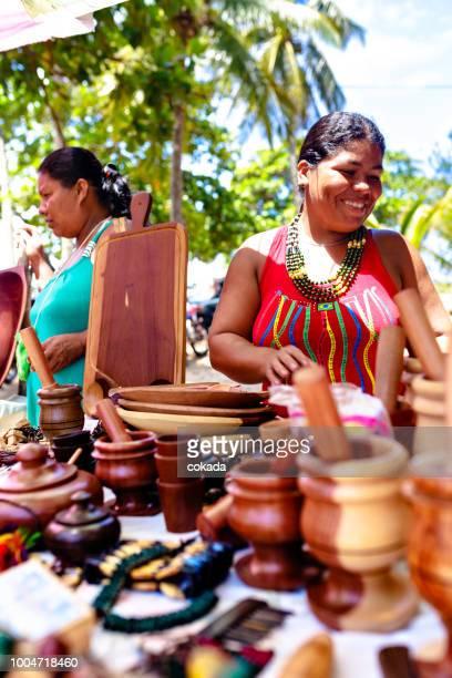 einheimische frau mit handgearbeiteten souvenirs - nordöstliches brasilien stock-fotos und bilder