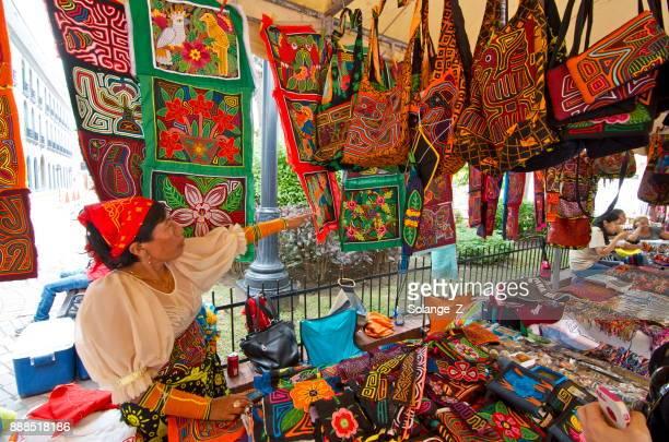 mujer indígena vendiendo su arte en la ciudad de panamá - mola kuna fotografías e imágenes de stock