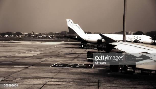 vt-iel indigo flight at airport, new delhi - navy blue stock pictures, royalty-free photos & images