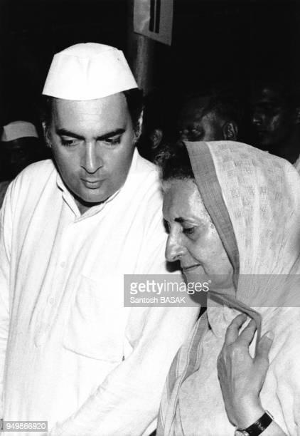 Indira Gandhi accompagnée de son fils Rajiv lors de sa campagne électorale à Calcutta le 12 mai 1982 Inde