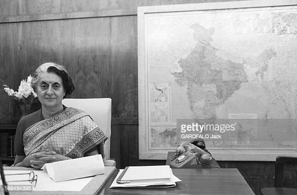Indira Gandhi Attitude d'Indira GANDHI nouveau premier ministre de l'Inde assise à son bureau de DELHI