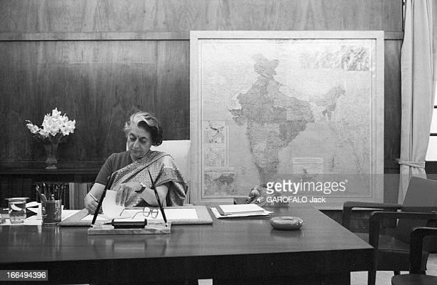 Indira Gandhi Attitude d'Indira GANDHI nouveau premier ministre de l'Inde travaillant assiseà son bureau de DELHI