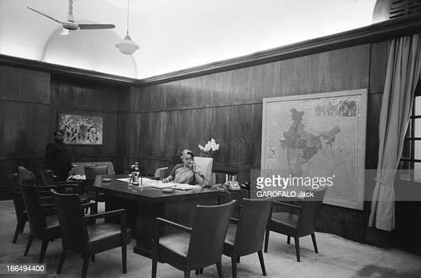 Indira Gandhi Attitude d'Indira GANDHI nouveau premier ministre de l'Inde téléphonant à son bureau de DELHI