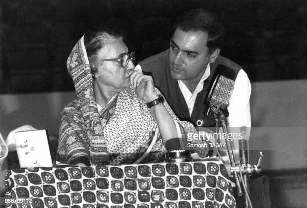 Indira Gandhi et son fils Rajiv au plénum du Parti du Congrès le 27 décembre 1983 à Amethi Inde