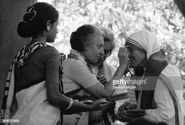 Indira Gandhi remettant l'écharpe de l'université Santiniketan à Mère Térésa en mars 1976 à Calcutta, Inde.