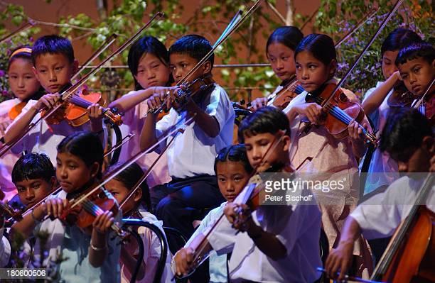 Indisches Geigenorchester ZDFShow 'Das SuperWunschkonzert' Emden 'Nordseehalle' Buehne Auftritt Geigen Kinder