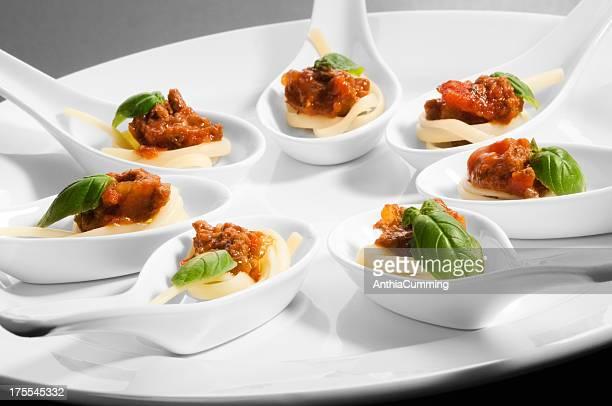Individuelle Schnittchen Löffel auf einem weißen Teller serviert.