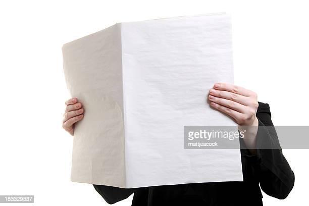 手に空白の新聞の前には顔