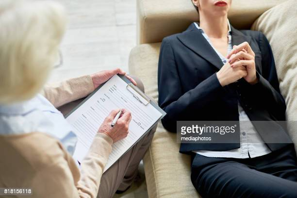 individual session with client - psychiatrist's couch stock pictures, royalty-free photos & images