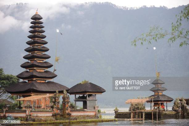 indonesia, bali, bedugul, the temple of ulun danu is located at the edge of lake bratan the temple with its atap meru (bunk roofs) of 11 roofs is dedicated to the goddess of waters - meru filme stock-fotos und bilder