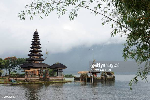 indonesia, bali, bedugul, the temple of ulun danu is located on the shores of lake bratan. the temple with its atap meru (bunk roofs) of 11 roofs is dedicated to the goddess of the waters - meru filme stock-fotos und bilder