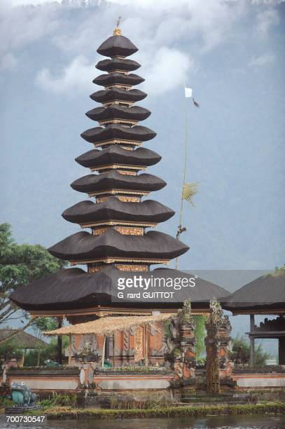 indonesia, bali, bedugul, the temple of ulun danu is located on the shores of lake bratan. the temple with its atap meru (bunk roofs) of 11 roofs is dedicated to the goddess of waters - meru filme stock-fotos und bilder