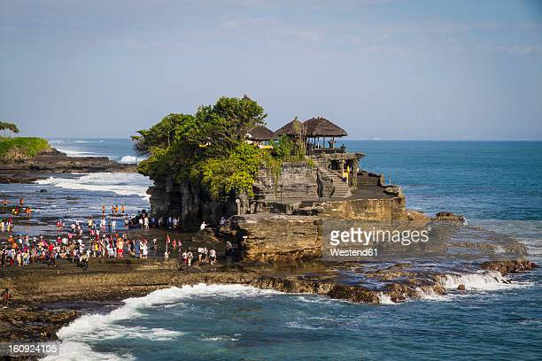 indonesia, bali, tourists at tanah lot temple - tanah lot stock pictures, royalty-free photos & images