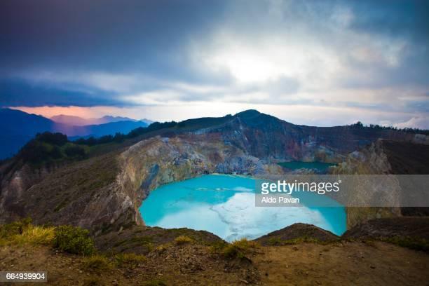 indonesia, flores island, kelimutu volcan at sunrise - flores indonesia fotografías e imágenes de stock