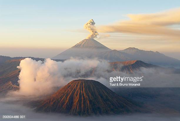 indonesia, java island, bromo (2392m) and semeru (3676m) volcanoes, elevated view - vulkan stock-fotos und bilder
