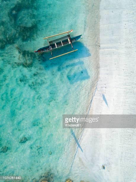 indonesia, lombok, young woman at tanjung aan beach - bali - fotografias e filmes do acervo