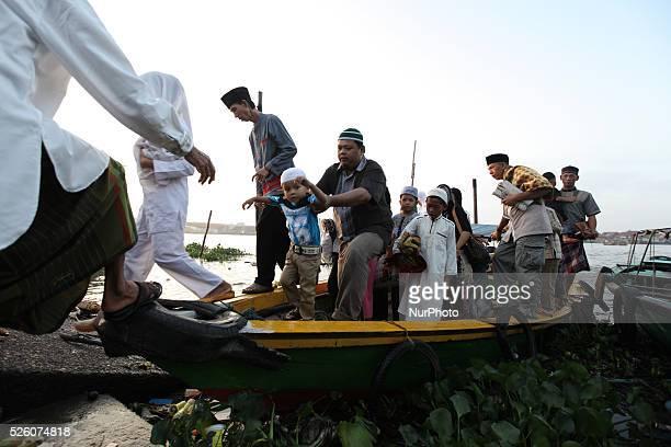 Indonesia Muslim arrive by boat for Eid Al Fitr prayers at Benteng Kuto Besak on July 17 2015 in Palembang Indonesia Palembangnese muslim using a...