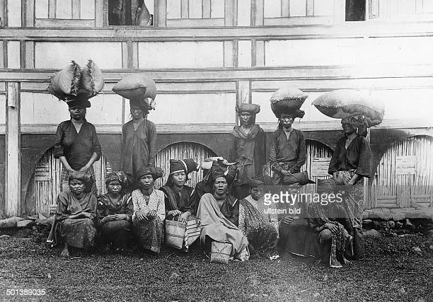 female workers of a tobacco plantation in Padang probably in the 1910s