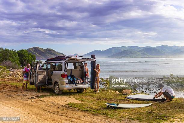 Indonesia, Sumbawa, car, surfer at the beach