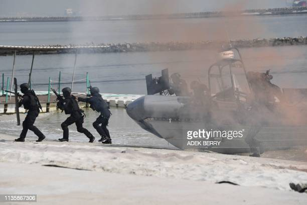 Indonesian anti-terror commandos participate in a drill in Jakarta on April 9, 2019. - Indonesia's anti-terror commandos from Bravo team of Paskhas...