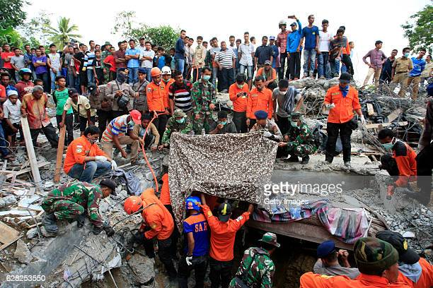 Indonesian army and the Search and Rescue Team look for survivors amongst the rubble on December 7 2016 in Lueng Putu town Aceh Province Indonesia An...