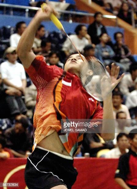 Indonesian badmintion player Simon Santoso hits a smash to his South Korean opponent Ho Cheol Lee during the Indonesian Open 2005 badminton...