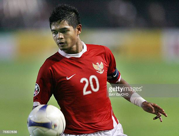 Indonesian Bambang Pamungkas holds the ball during the Asian Cup 2007 Group D football match at the Bung Karno stadium in Jakarta 10 July 2007...