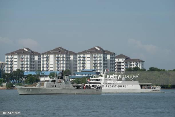 indonesian coast guard boat perform a routine patrol for any anomaly activities at port klang, malaysia. - shaifulzamri stockfoto's en -beelden