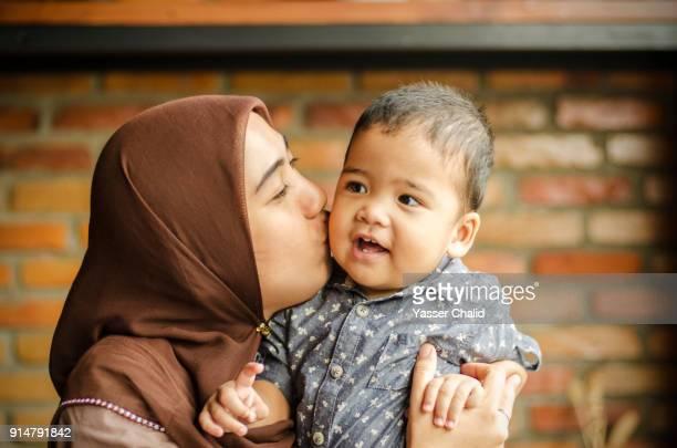 indonesian family - wedding veil imagens e fotografias de stock