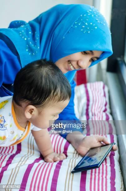 indonesian family - 宗教的なベール ストックフォトと画像