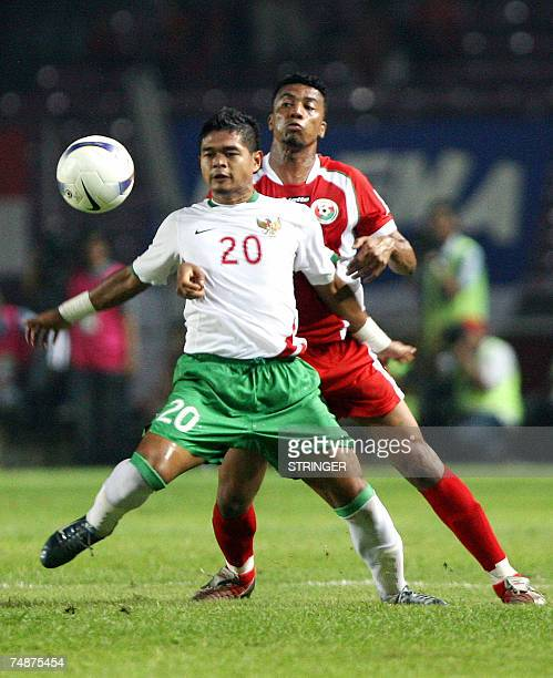 Indonesian footballer Bambang Pamungkas vies for the ball with Oman's Said Alshoon during a friendly match in Jakarta 24 June 2007 Asian Cup cohosts...