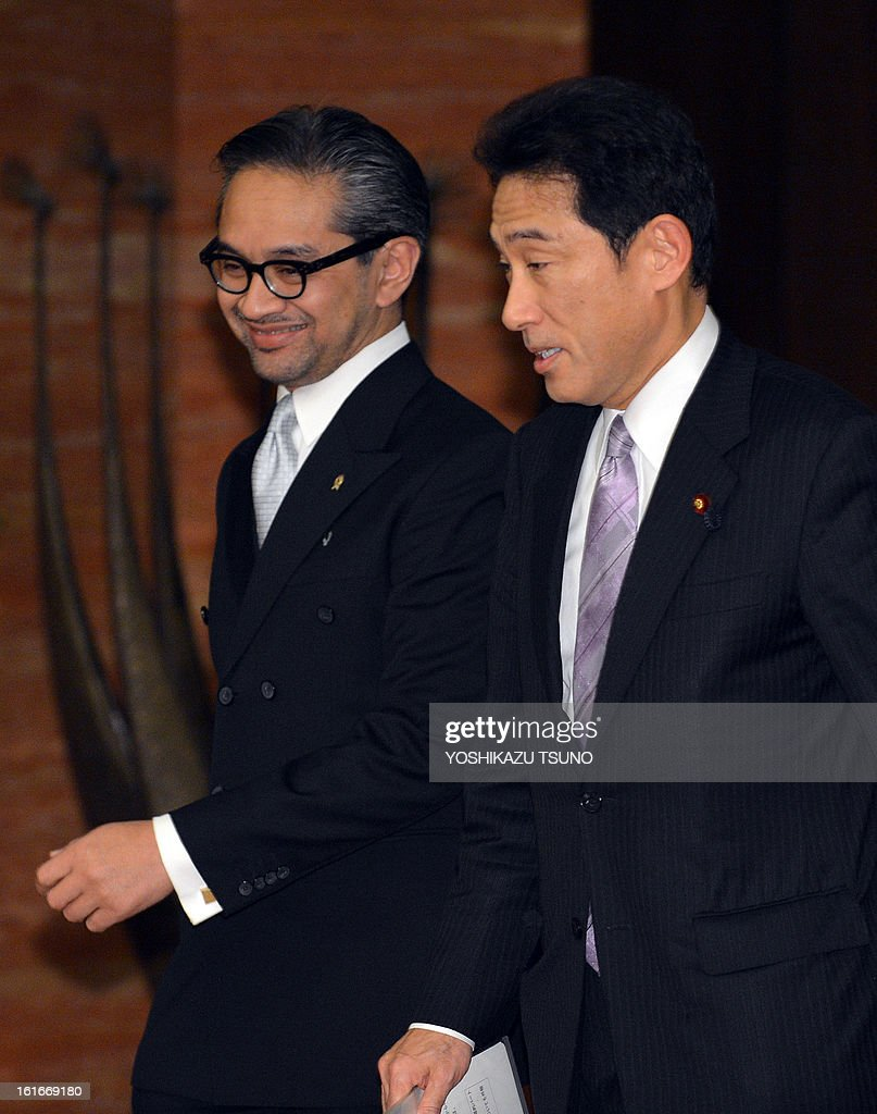 Indonesian Foreign Minister Marty Natalegawa (L) is greeted by his Japanese counterpart Fumio Kishida for their talks at the Iikura guesthouse in Tokyo on February 14, 2013. Natalegawa will attend the Conference on Cooperation among East Asian Countries for Palestinian Development (CEAPAD). AFP PHOTO / Yoshikazu TSUNO