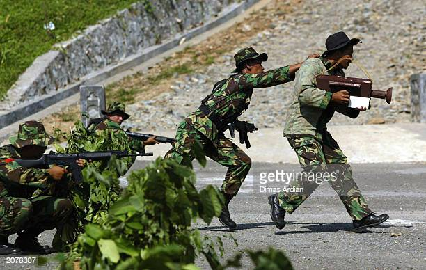 Indonesian military personnel shows journalist evacuation procedures during a media training exercise June 9 2003 at Sanggabuana mountain in Subang...