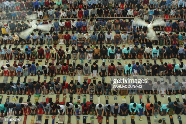 TOPSHOT Indonesian Muslim students pray on the first day of the holy month of Ramadan in Medan North Sumatra on May 6 2019