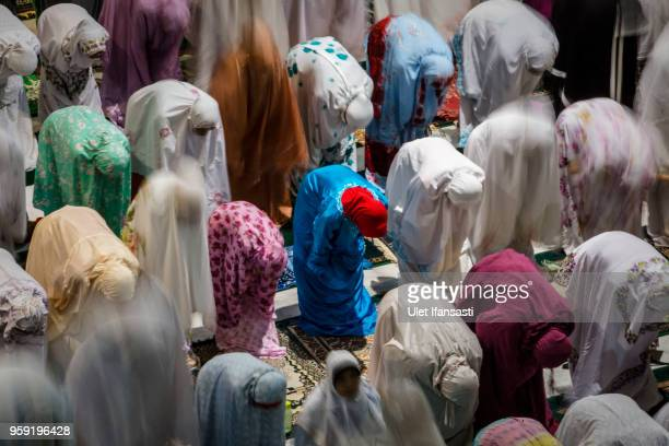 Indonesian muslims perform prayers known as Tarawih at Grand mosque on May 16 2018 in Surabaya Indonesia Indonesia will begin observing Ramadan on...