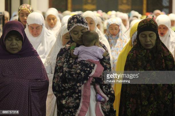 Indonesian Muslims perform Tarawih prayers which starts the holy month of Ramadan at the AlAkbar Mosque on May 26 2017 in Surabaya Indonesia Ramadan...