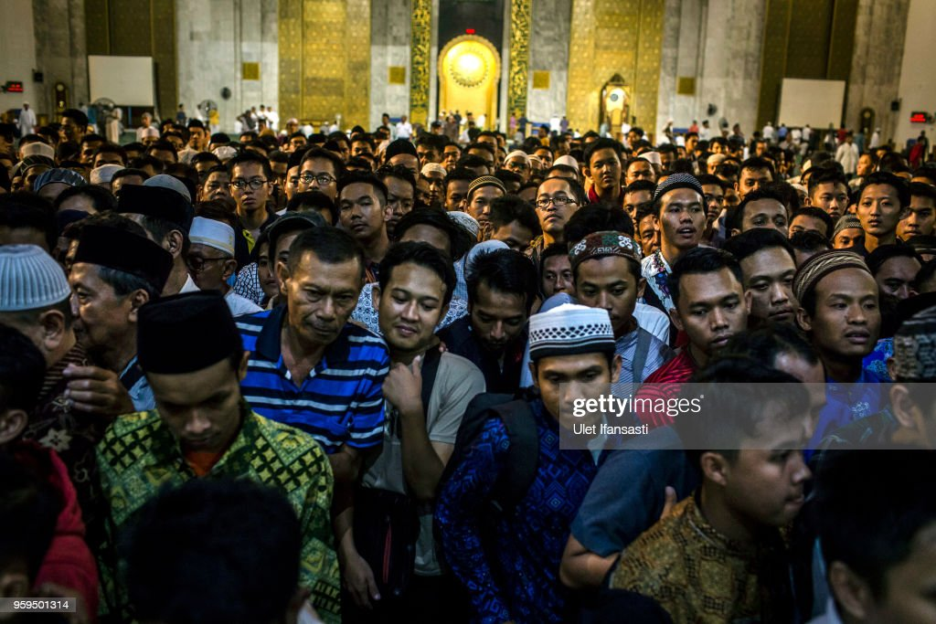 Indonesian Muslims queuing for food as prepare for iftar on the first day of the holy month of Ramadan at the Grand mosque on May 17, 2018 in Surabaya, Indonesia. Indonesia will begin observing Ramadan on Thursday where millions of Muslims begin the fasting from dawn-to-dusk for a month. For the Islamic State group, Ramadan has become a strategic time to strike as Indonesians faced an uptick of violence linked to the terrorist group during gruesome attacks at three churches and a police station around Surabaya which involved using children as suicide bombers.