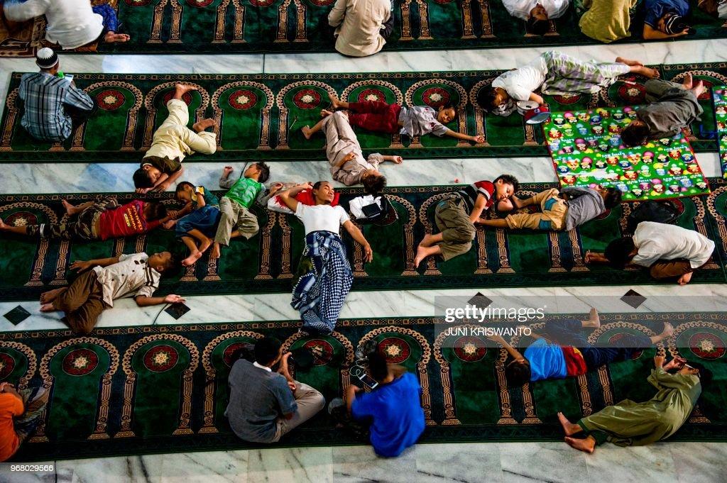 TOPSHOT-INDONESIA-RELIGION-ISLAM-RAMADAN : News Photo