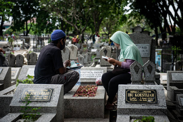 IDN: Indonesian Muslims Visit Ancestors Graves Ahead Of Ramadan