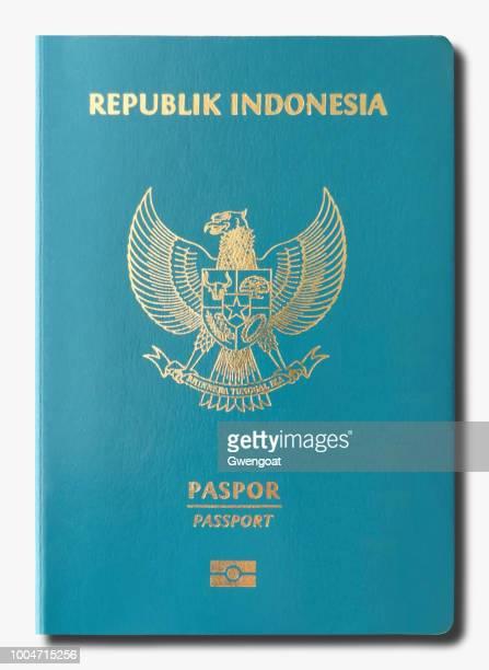 Indonesische paspoort geïsoleerd op een witte achtergrond