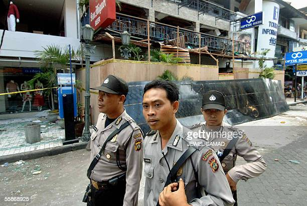 Indonesian policemen guard the 01 October's bomb blast site in Kuta on Bali island 07 October 2005 as they removed their cordon from the area A...