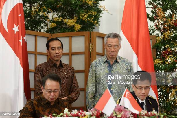 Indonesian President Joko Widodo and Singapore Prime Minister Lee Hsien Loong witness the signing of Memorandums of Understanding on disaster risk...