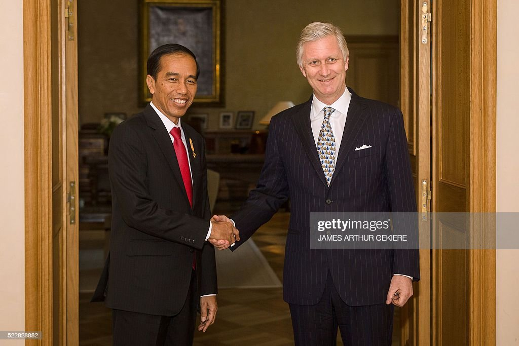 Indonesian President Joko Widodo (L) shakes hands with King Philippe of Belgium during a visit at the Royal Palace in Brussels on April 21, 2016. / AFP / BELGA / JAMES ARTHUR GEKIERE / Belgium OUT