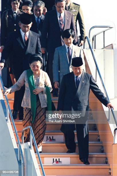 Indonesian President Muhammad Suharto and his wife Siti Hartinah are seen on arrival at Haneda Airport on November 9 1990 in Tokyo Japan