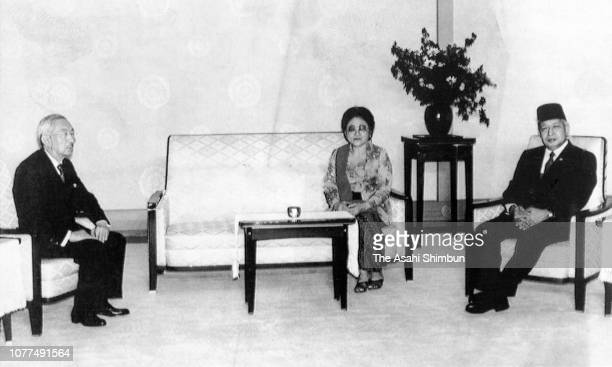 Indonesian President Suharto and his wife Siti Hartinah talk with Emperor Hirohito during their meeting at the Imperial Palace on October 21 1982 in...